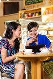 Jeunes femmes dans un café asiatique Photo libre de droits