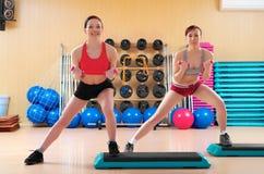 Jeunes femmes dans un club de forme physique Photos stock