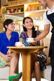 Jeunes femmes dans un coffeeshop asiatique Image stock