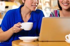 Jeunes femmes dans un coffeeshop asiatique Photos libres de droits