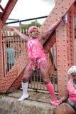 Jeunes femmes de couleur en peinture rose et blanche Photo libre de droits