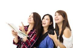 Jeunes femmes de déplacement heureuses regardant quelque chose Image stock