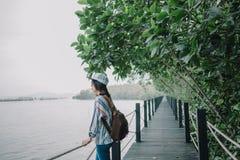 Jeunes femmes de fond de voyage les belles seul se tiennent sur des WI de pont images libres de droits