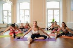 Jeunes femmes de groupe s'étirant et yoga de pratiques Photographie stock libre de droits