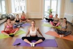 Jeunes femmes de groupe s'étirant et yoga de pratiques Images libres de droits