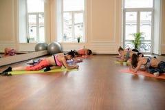 Jeunes femmes de groupe s'étirant et yoga de pratiques Image stock