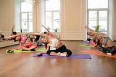Jeunes femmes de groupe s'étirant et yoga de pratiques Photo libre de droits