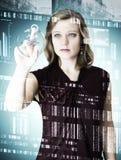Jeunes femmes de portrait d'affaires devant le verre numérique Image stock