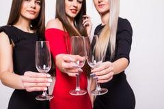 Jeunes femmes de sourire célébrant avec les verres vides sur la partie Photographie stock