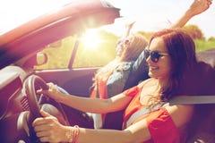 Jeunes femmes de sourire conduisant dans la voiture de cabriolet Photos libres de droits