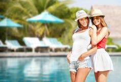 Jeunes femmes de sourire dans des chapeaux sur la plage Photos libres de droits