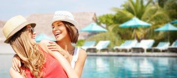 Jeunes femmes de sourire dans des chapeaux sur la plage Photo stock