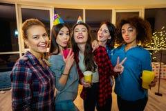 Jeunes femmes de sourire grimaçant dans la chambre Photographie stock libre de droits