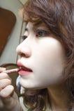 Jeunes femmes dessinant sa bouche Photographie stock libre de droits