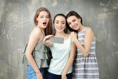 Jeunes femmes drôles prenant le selfie Photo stock