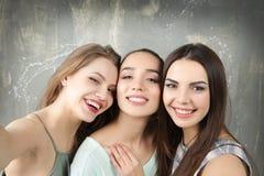 Jeunes femmes drôles prenant le selfie Photo libre de droits