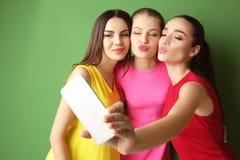 Jeunes femmes drôles prenant le selfie sur le fond Image stock