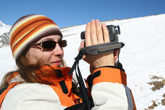 Jeunes femmes effectuant un film au sujet de voyage de montagne Image stock