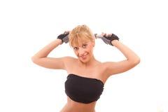 Jeunes femmes en bonne santé s'exerçant avec les poids libres Image stock