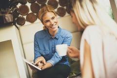 Jeunes femmes en café Images libres de droits