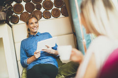 Jeunes femmes en café Image stock
