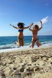 Jeunes femmes en hauteur sur une plage Images libres de droits