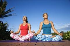 Jeunes femmes en position de lotus Images stock