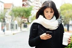 Jeunes femmes envoyant le message avec le smartphone images libres de droits