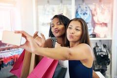 Jeunes femmes espiègles flirtant avec l'appareil-photo Photos libres de droits