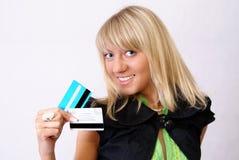 Jeunes femmes et 2 par la carte de crédit. Photographie stock