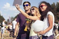 Jeunes femmes et homme prenant le selfie Image libre de droits