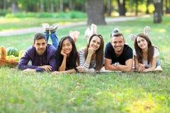 Jeunes femmes et hommes de l'appartenance ethnique différente ayant l'amusement ensemble Photos libres de droits