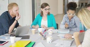 Jeunes femmes et hommes travaillant dans le bureau banque de vidéos