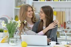 Jeunes femmes et ordinateur portable Photos libres de droits