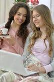 Jeunes femmes et ordinateur portable Images stock