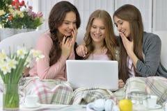 Jeunes femmes et ordinateur portable Photo stock