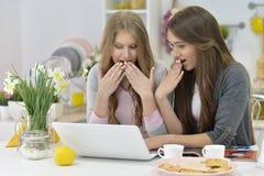 Jeunes femmes et ordinateur portable Image stock