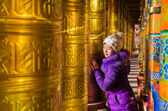 Jeunes femmes et roues de prière bouddhistes Image libre de droits