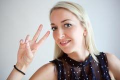 Jeunes femmes et signe de victoire Photo libre de droits