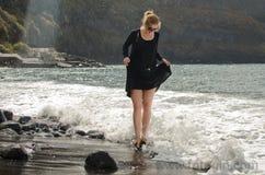 Jeunes femmes et vagues Image stock