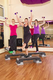 Jeunes femmes exerçant l'aérobic en gymnastique Photos stock