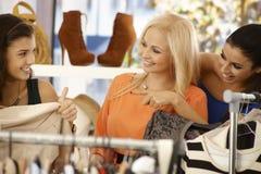 Jeunes femmes faisant des emplettes au magasin de vêtements Image stock