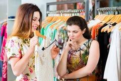 Jeunes femmes faisant des emplettes dans le magasin de mode Photographie stock