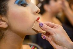 Jeunes femmes faisant le maquillage, old-fashioned backstage images stock