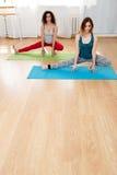 Jeunes femmes faisant le yoga, l'étirage et la méditation Photos libres de droits