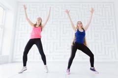 Jeunes femmes faisant une séance d'entraînement de danse de forme physique d'intervalle Images libres de droits