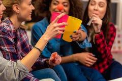 Jeunes femmes gaies créant la célébration Photographie stock libre de droits