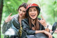 Jeunes femmes gaies faisant des gestes sur le vélo Images libres de droits