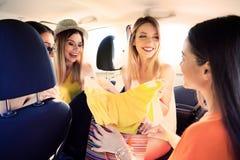 Jeunes femmes heureuses après avoir fait des emplettes ensemble dans la voiture Photographie stock