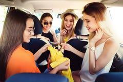 Jeunes femmes heureuses après avoir fait des emplettes ensemble dans la voiture Photographie stock libre de droits